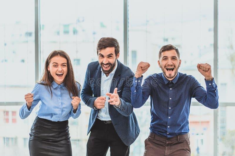 Tres hombres de negocios jovenes que ganan la oferta son felices Durante este tiempo fotos de archivo libres de regalías