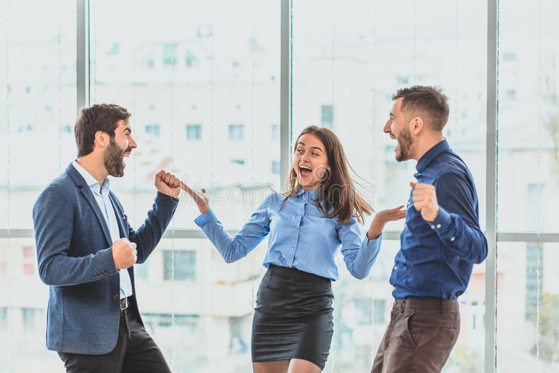 Tres hombres de negocios jovenes que ganan la oferta son felices Durante este tiempo imagen de archivo
