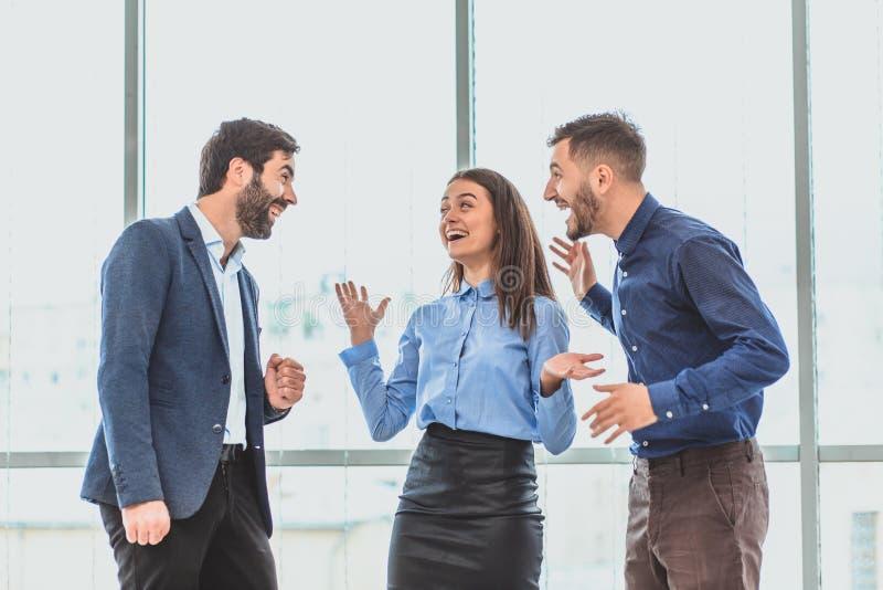 Tres hombres de negocios jovenes que ganan la oferta son felices Durante este tiempo fotos de archivo
