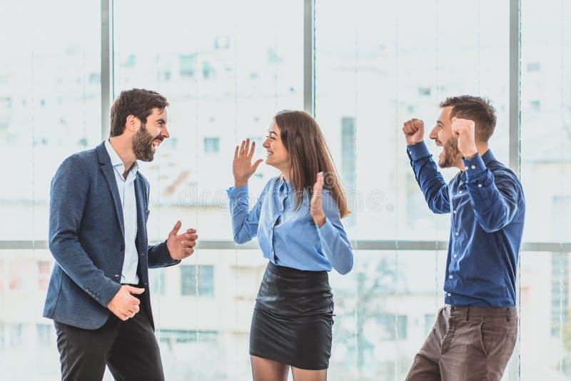 Tres hombres de negocios jovenes que ganan la oferta son felices Durante este tiempo imagenes de archivo