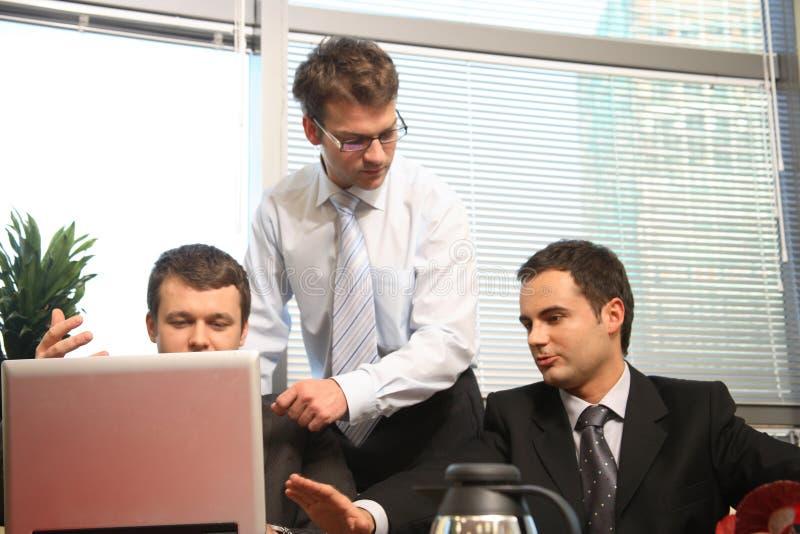 Tres hombres en la reunión de negocios fotografía de archivo libre de regalías