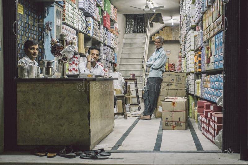 Tres hombres en tienda imagen de archivo