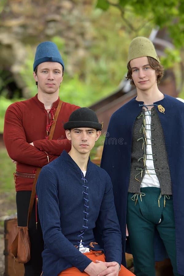 Tres hombres en vestido medieval imagenes de archivo