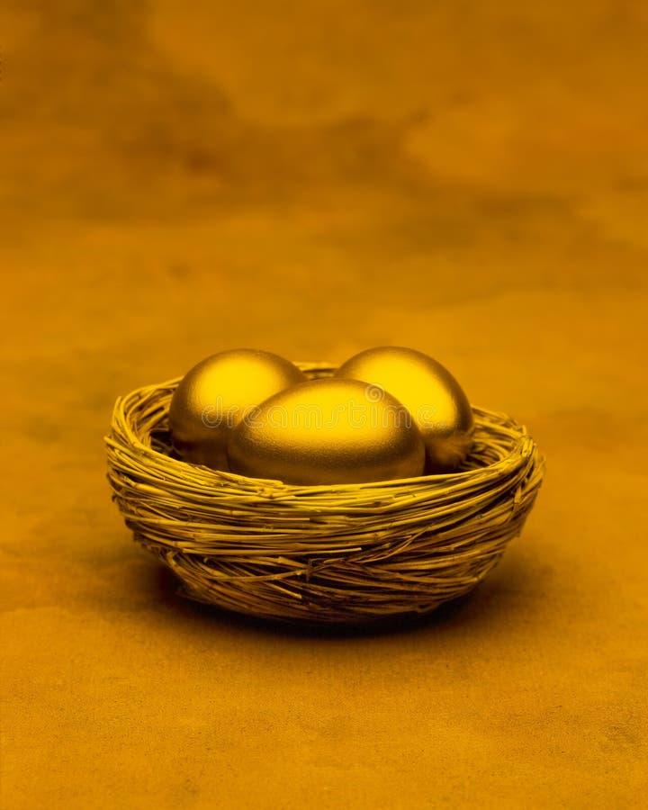 Tres huevos de jerarquía del oro fotos de archivo