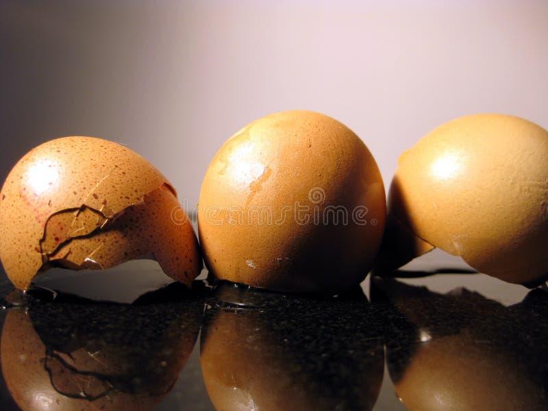 Tres huevos quebrados fotos de archivo