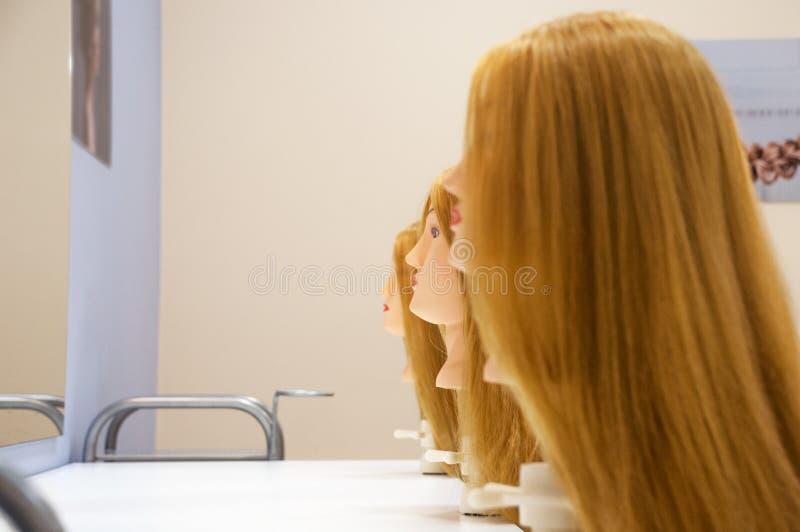 Tres jefes femeninos de maniquíes con el pelo rubio largo imagen de archivo libre de regalías