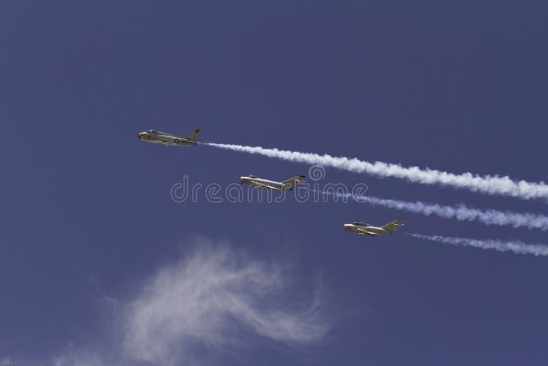 Tres jets militares y una nube imagen de archivo