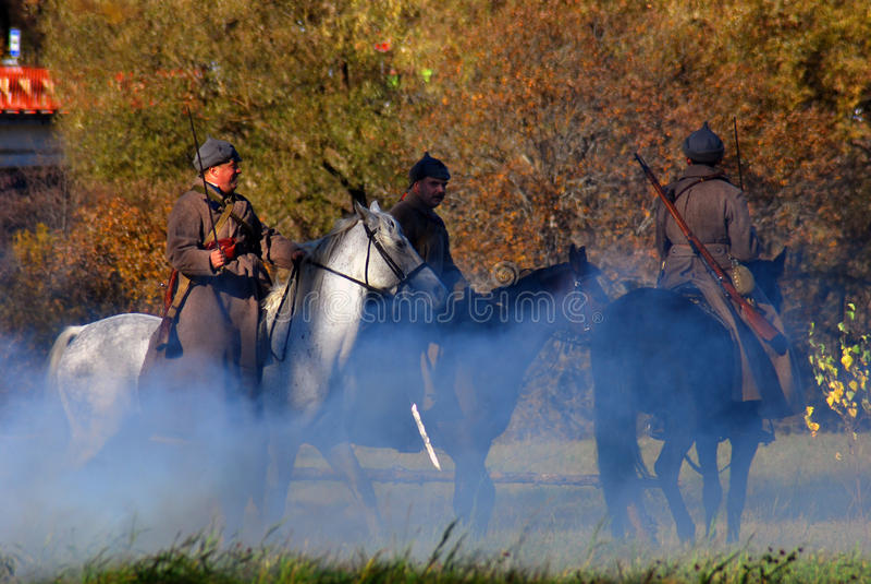 Tres jinetes del caballo en humo imagen de archivo
