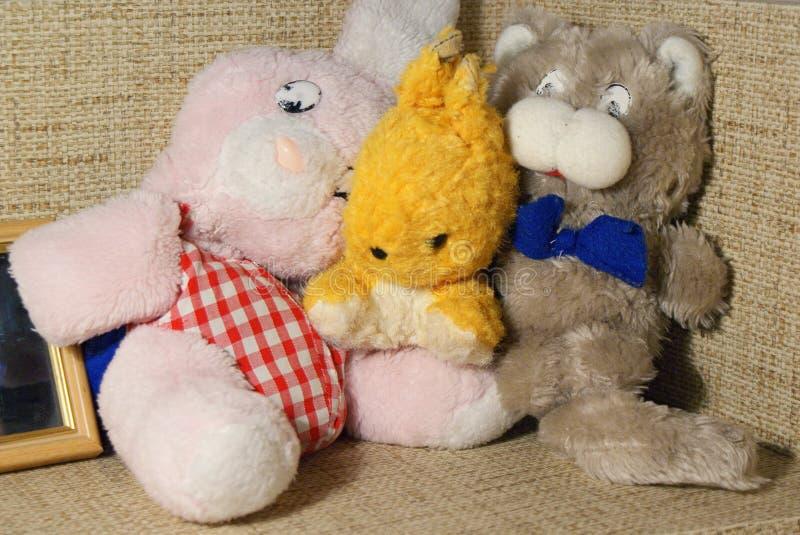 Tres juguetes suaves del vintage de las muñecas animales fotografía de archivo