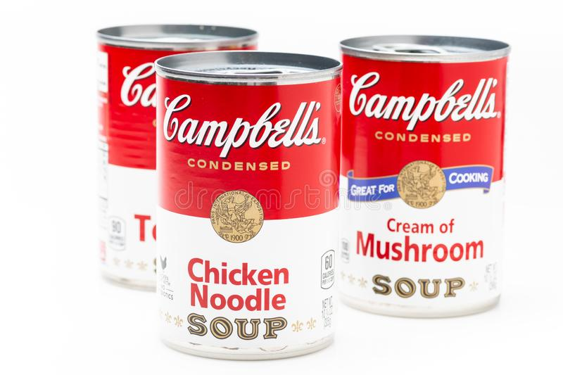Tres latas de la poder de la sopa del tomate de la marca de Campbell, sopa de fideos de pollo y crema de la sopa de setas foto de archivo libre de regalías
