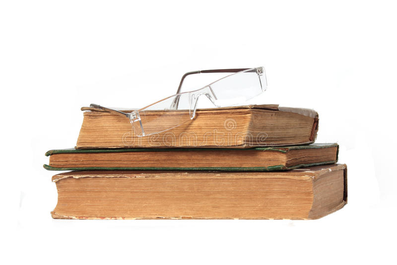 Tres libros viejos y vidrios foto de archivo