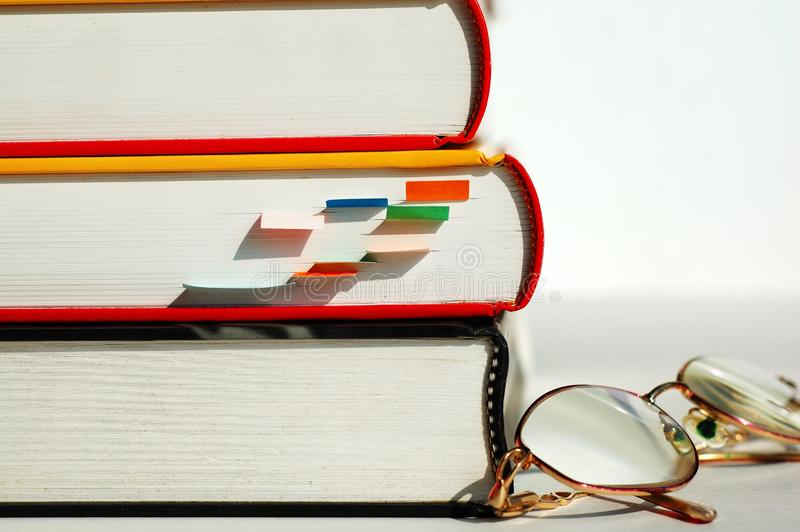 Tres Libros Y Vidrios Foto De Archivo Gratis