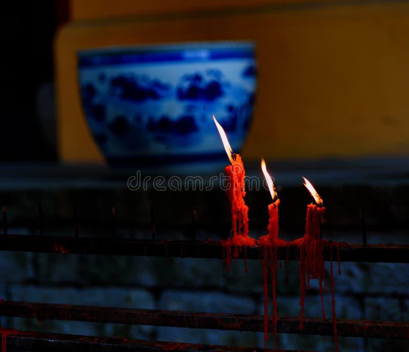 Tres llamas y el soplar del viento imagen de archivo