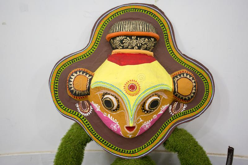 Tres máscaras coloridas del búho que cuelgan en la pared del instituto del arte imagen de archivo libre de regalías