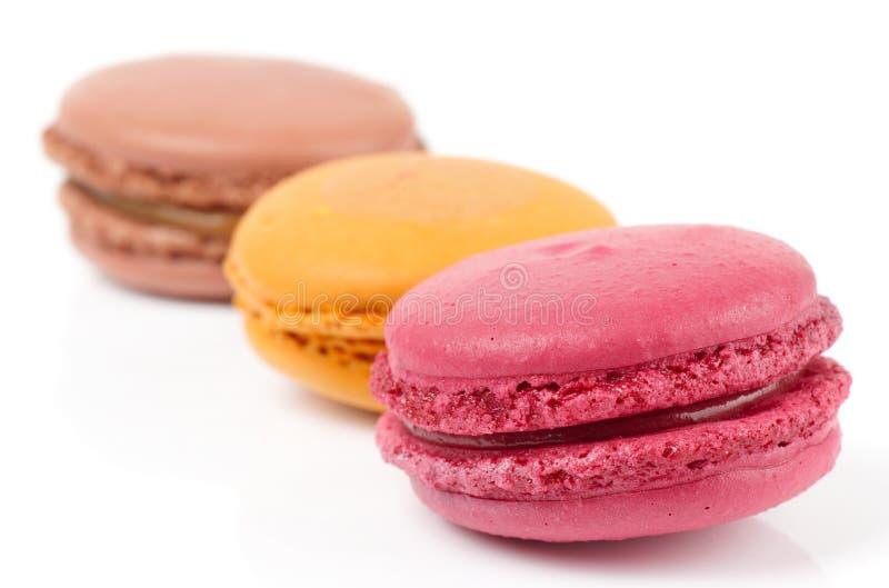 Tres macarons coloridos en blanco fotografía de archivo libre de regalías