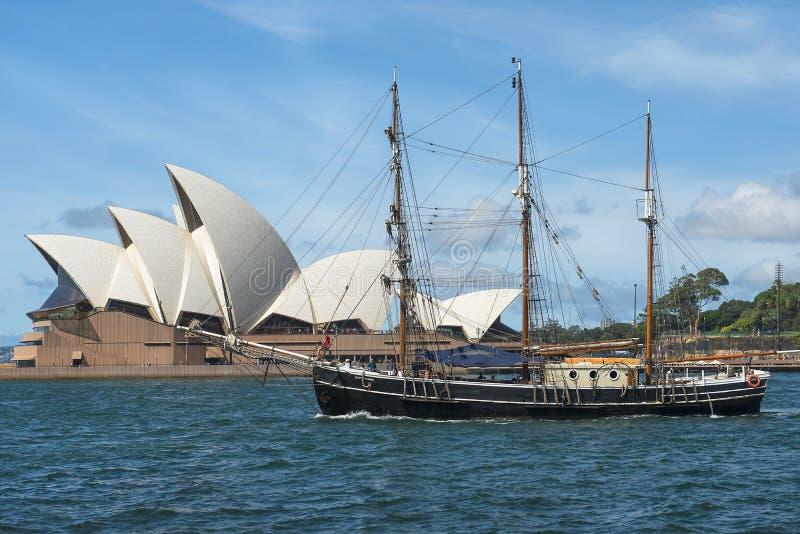 Tres-masted navegando el yate y a Sydney Opera House en el fondo fotos de archivo