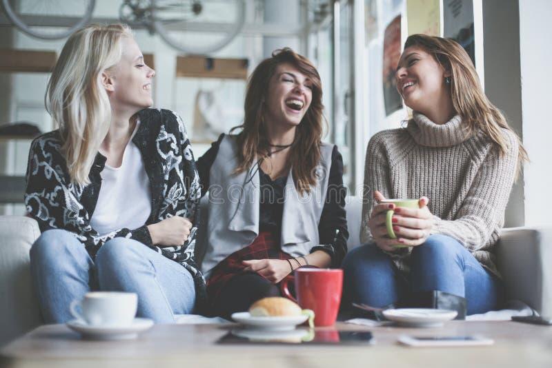 Tres mejores amigos Mujeres jovenes que tienen conversación fotos de archivo libres de regalías
