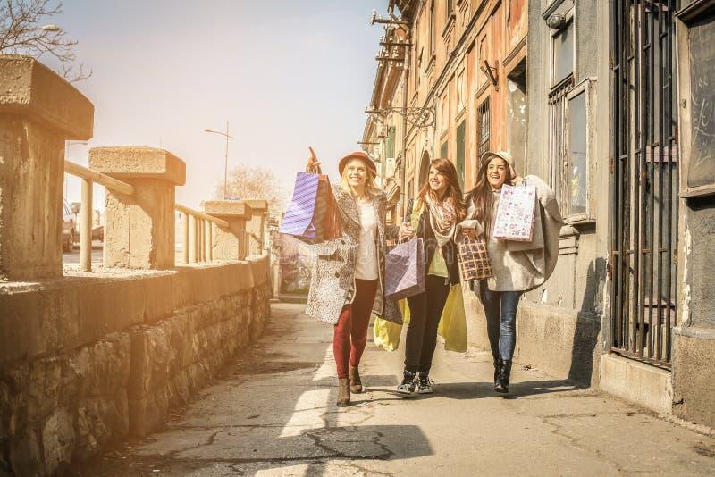 Tres mejores amigos que caminan en la calle imagen de archivo libre de regalías