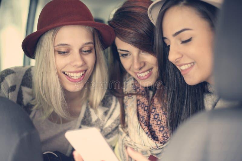 Tres mejores amigos que montan en el coche imagen de archivo
