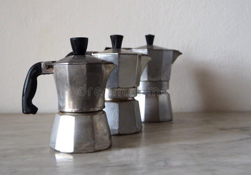 Tres moka, el fabricante de café italiano tradicional, de diversos tamaños fotografía de archivo