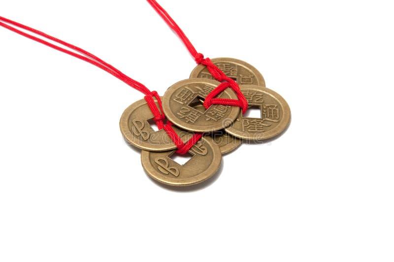 Tres monedas afortunadas chinas con el nudo rojo imagen de archivo