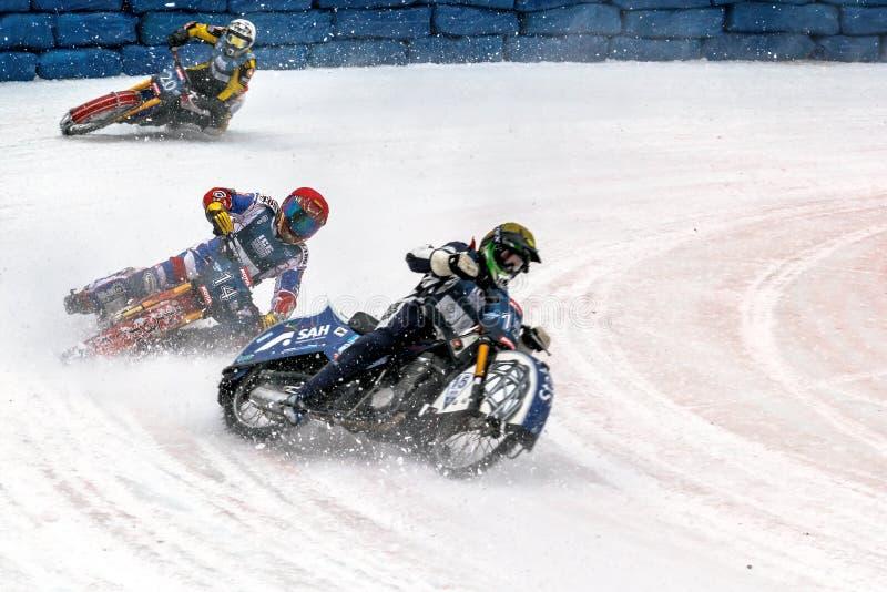 Tres motoristas en una curva escarpada del hielo imagen de archivo libre de regalías