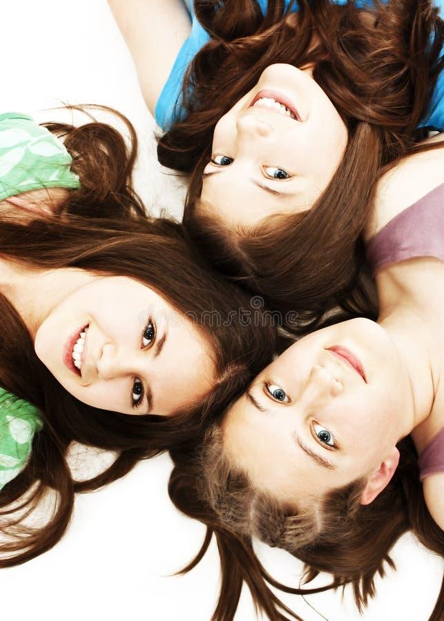 Tres muchachas adolescentes. Educación, días de fiesta. foto de archivo libre de regalías
