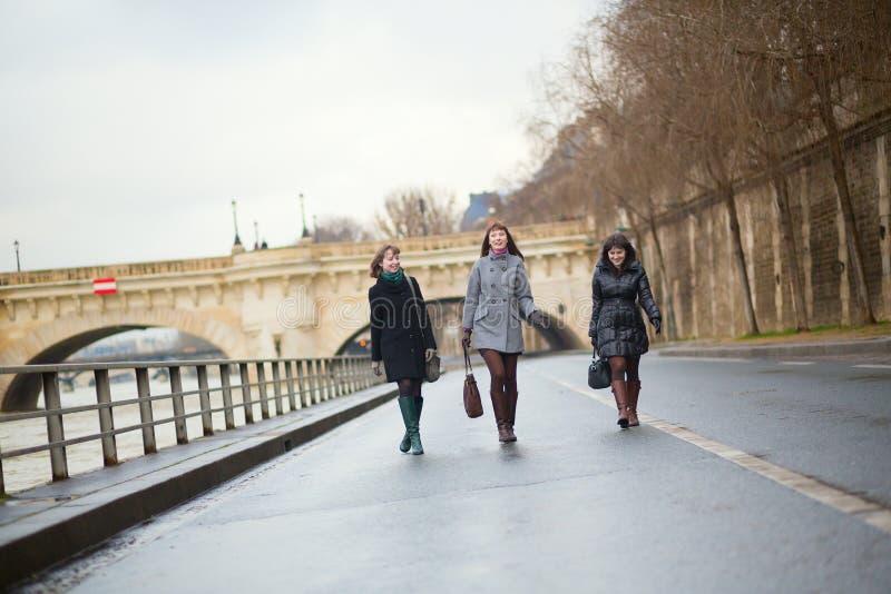 Tres muchachas alegres que caminan en París fotos de archivo libres de regalías