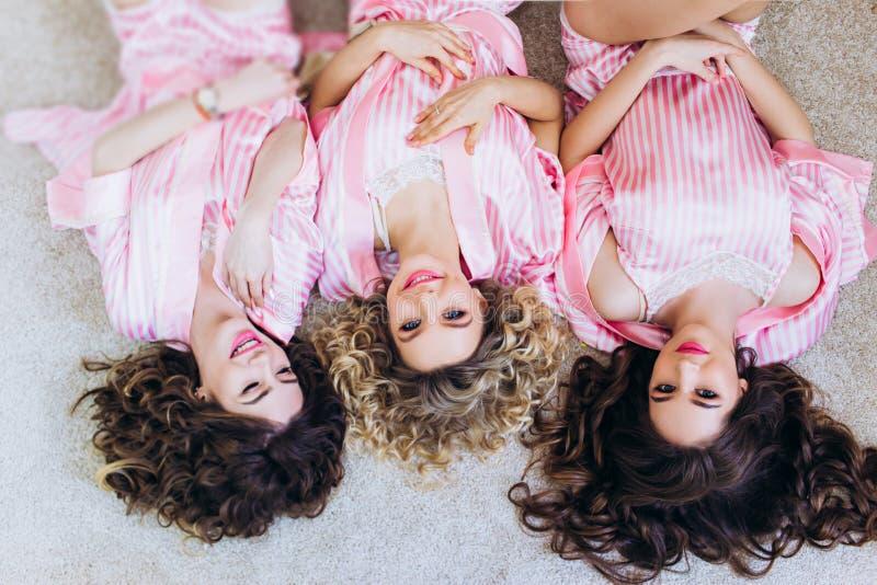 Tres muchachas celebran una despedida de soltero o un cumpleaños fotografía de archivo