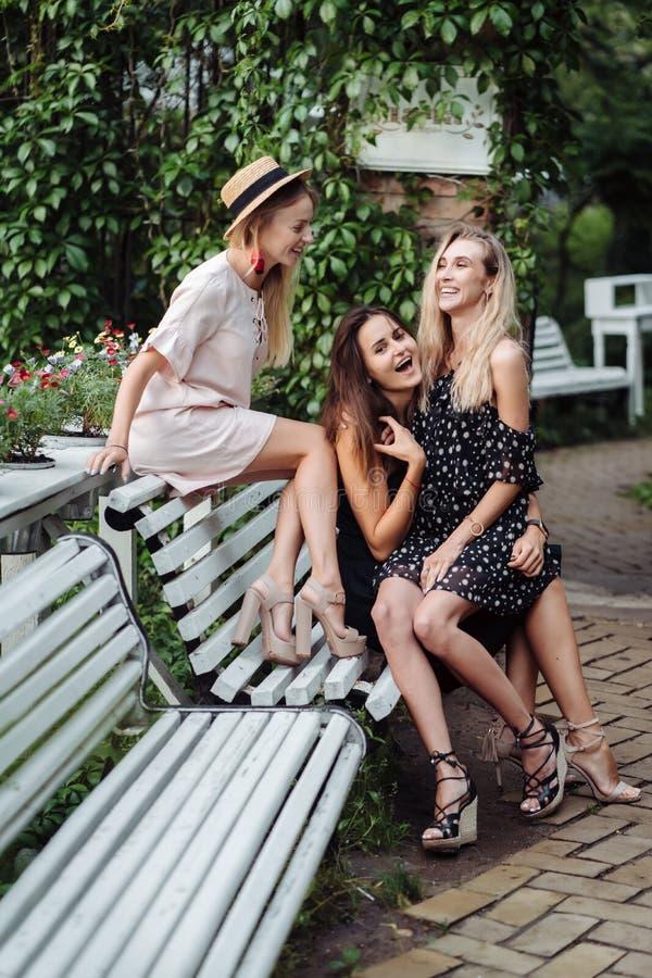 Tres muchachas en el banco foto de archivo libre de regalías