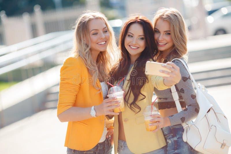 Tres muchachas están haciendo el selfie en el parque fotos de archivo