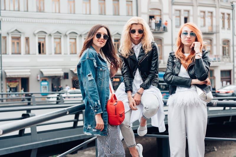 Tres muchachas hermosas en la calle fotografía de archivo