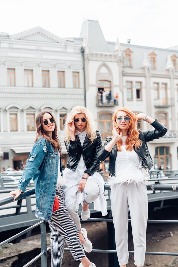 Tres muchachas hermosas en la calle imagen de archivo libre de regalías
