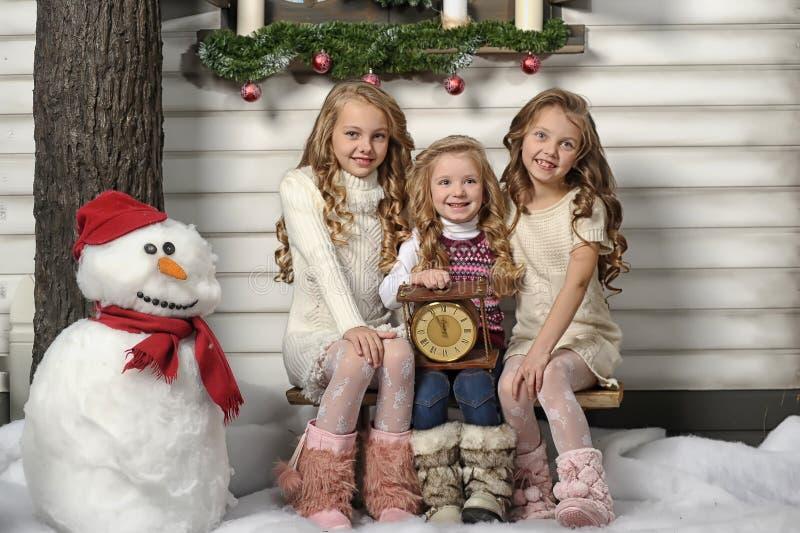 Tres muchachas lindas que esperan la Navidad fotografía de archivo libre de regalías