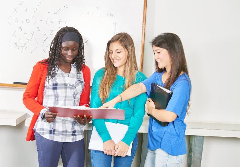 Tres muchachas presentan su proyecto fotografía de archivo libre de regalías