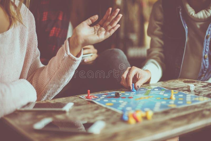 Tres muchachas que juegan al hombre del juego hacen no enojado imágenes de archivo libres de regalías