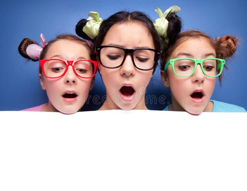 Tres muchachas que miran abajo fotografía de archivo libre de regalías
