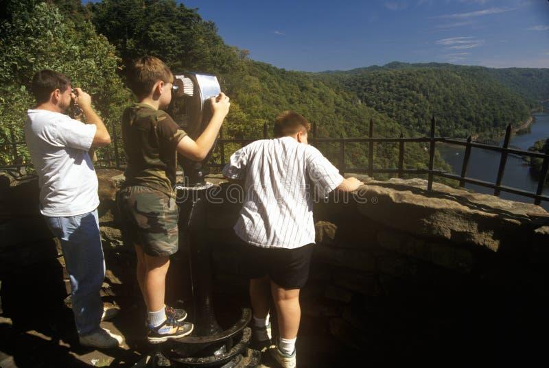 Tres muchachos en el parque de estado del punto de los halcones pasan por alto en la ruta escénica 60 sobre el nuevo río en Anste fotografía de archivo libre de regalías