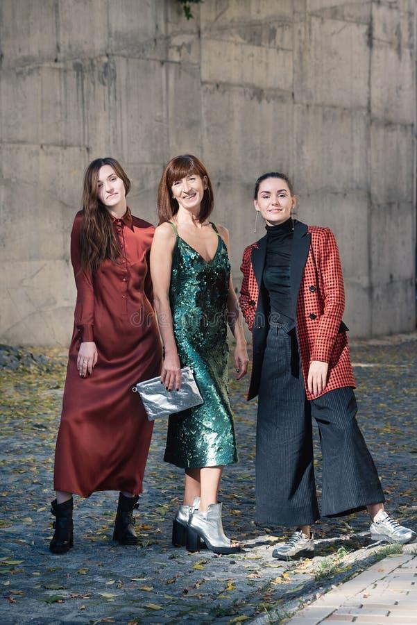 Tres mujeres bonitas forman estilo de la calle imagen de archivo libre de regalías