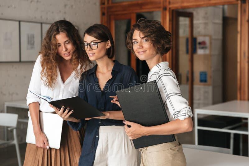 Tres mujeres de negocios en oficina de trabajo del co foto de archivo libre de regalías
