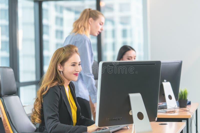 Tres mujeres de negocios que trabajan feliz en oficina de negocios moderna imagenes de archivo