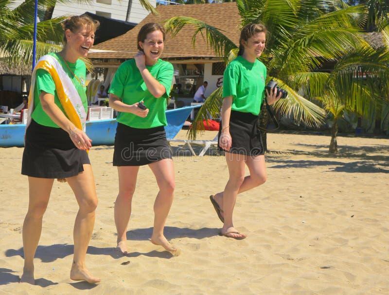 Tres mujeres de risa jovenes en el desfile del día de StPatrick imágenes de archivo libres de regalías