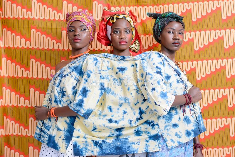 Tres mujeres en top Blanco-y-azul imagenes de archivo