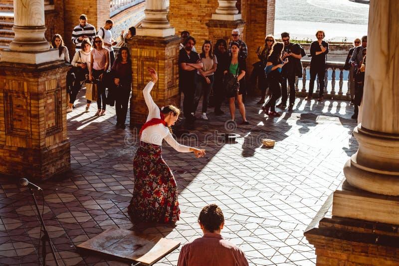 Tres mujeres en trajes tradicionales bailan flamenco espa?ol en la plaza de Espana en febrero de 2019 en Sevilla fotos de archivo