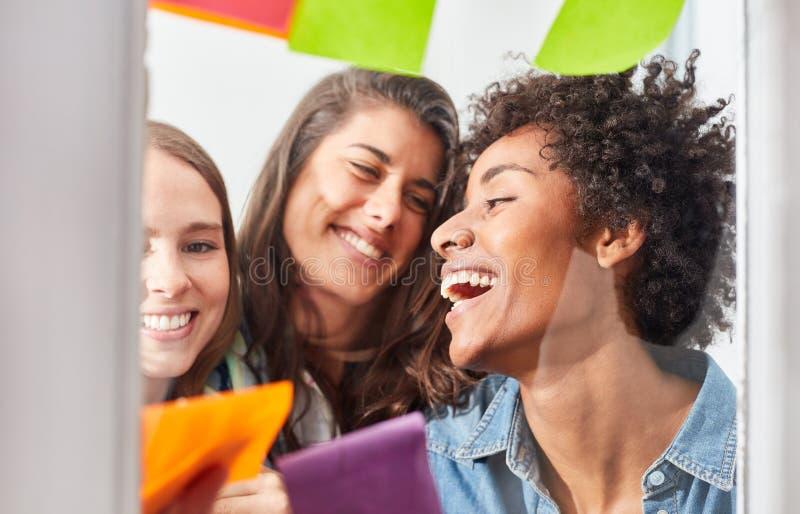 Tres mujeres jovenes acertadas en el equipo de lanzamiento fotos de archivo libres de regalías