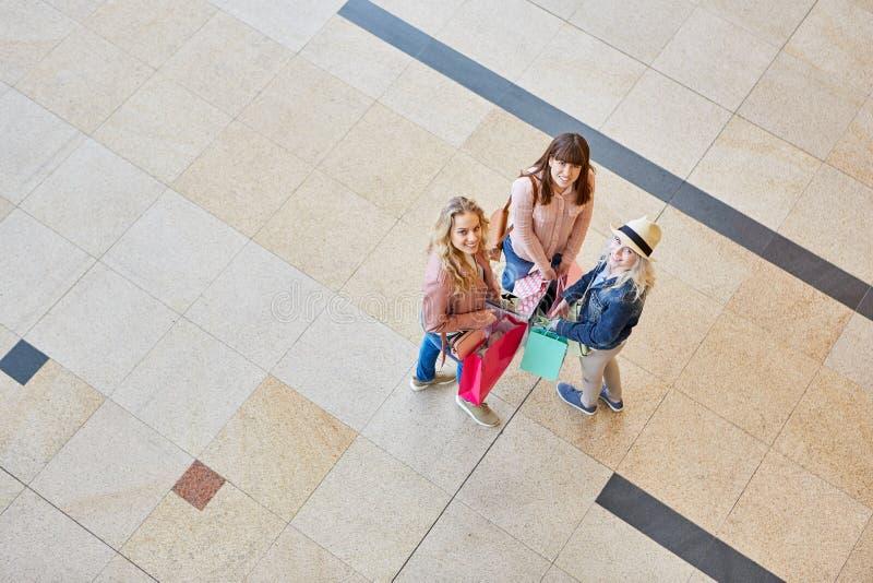 Tres mujeres jovenes como grupo destinatario de los compradores foto de archivo
