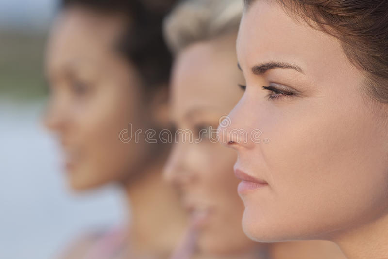 Tres mujeres jovenes hermosas en perfil foto de archivo libre de regalías