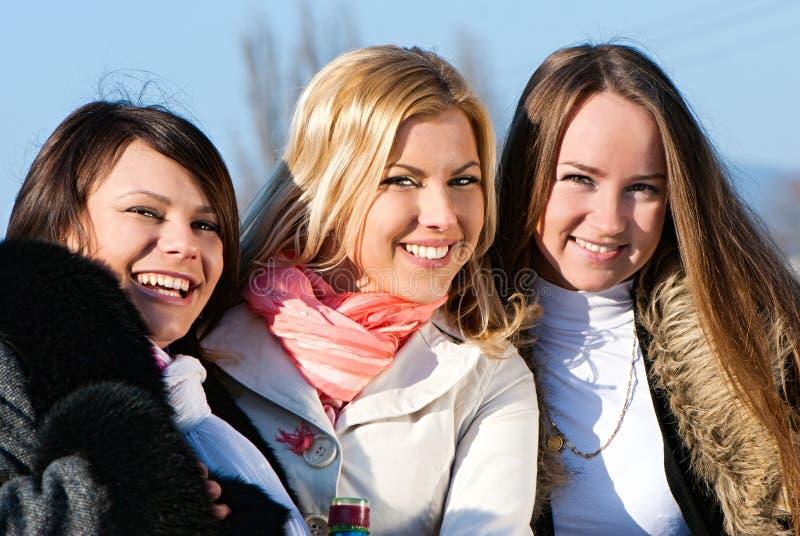 Tres mujeres jovenes hermosas felices fotografía de archivo
