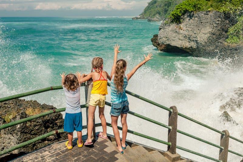 Tres niños felices que juegan en la playa fotografía de archivo libre de regalías