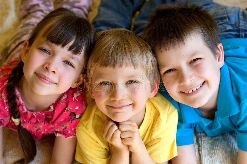 Tres niños sonrientes imagen de archivo libre de regalías